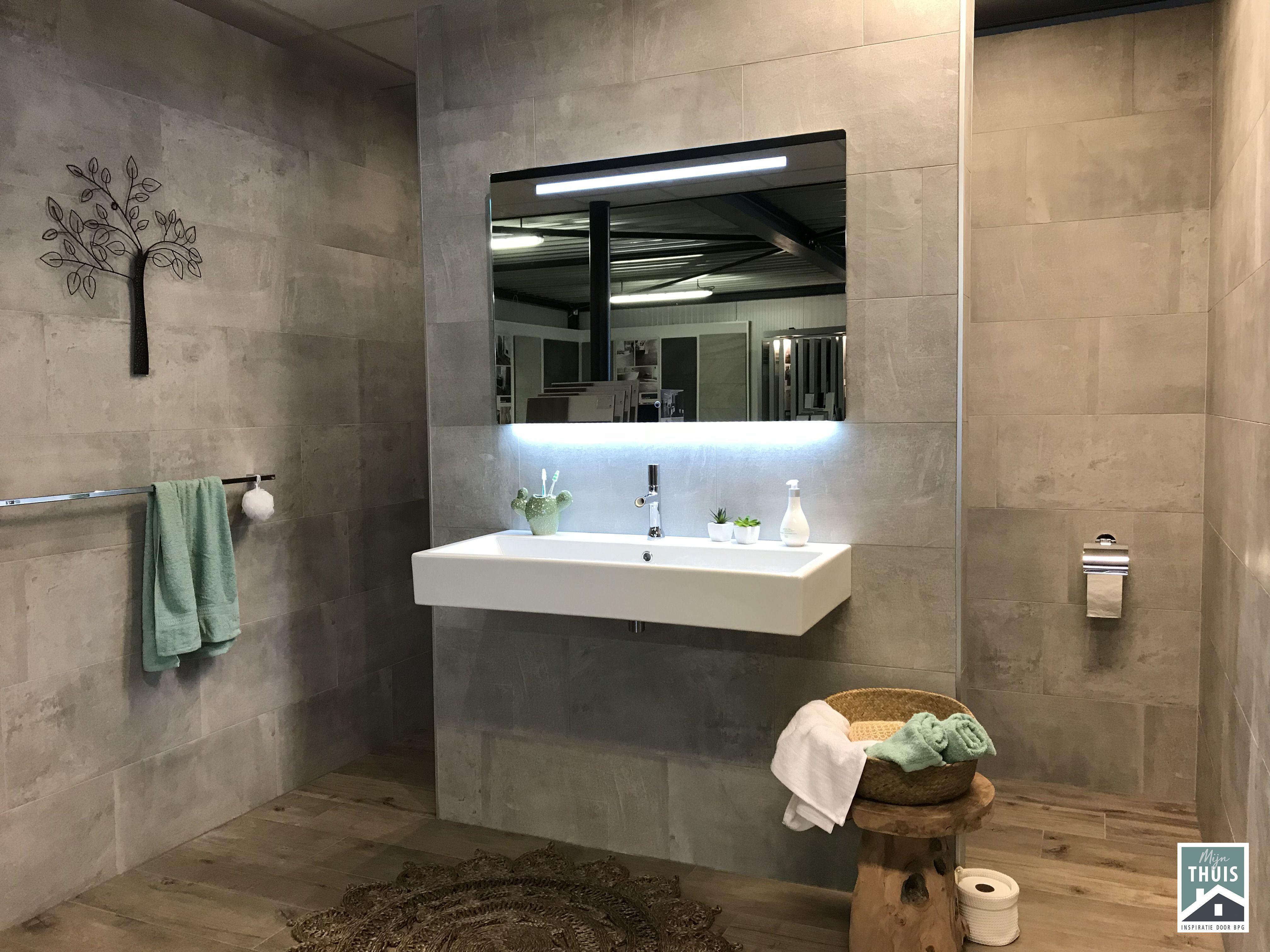 Het lijkt hout, maar het zijn tegels, ideaal dus voor in de badkamer ...