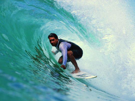 Surf tirando uma onda nas melhores ondas do mundo talvez você prefira a calmaria de um esporte como dardos ou a agitação de esportes radicais como o surf?