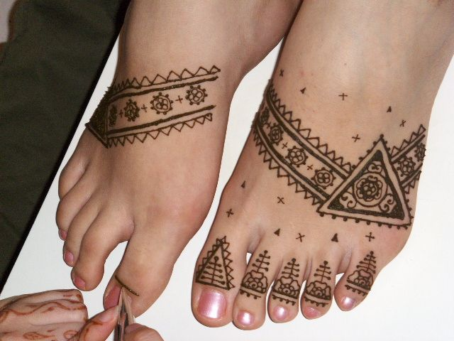 Mehndi Like Tattoo : Moroccan henna feet like this design although i might insert