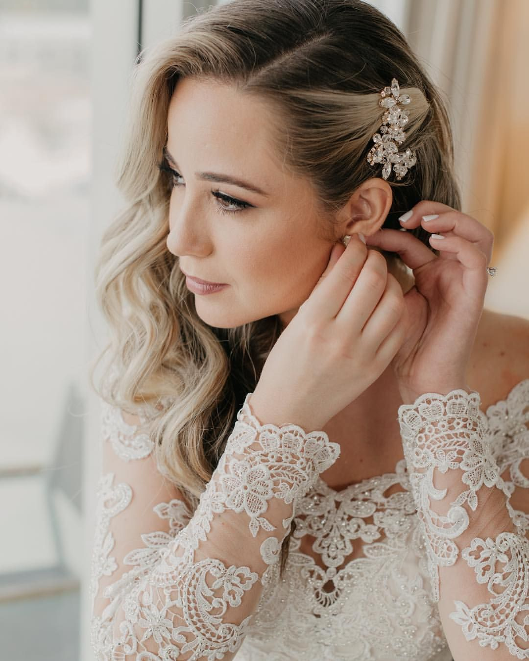 29 Cool Wedding Hairstyles For The Modern Bride: Bridal Makeup And Side Swept Curls