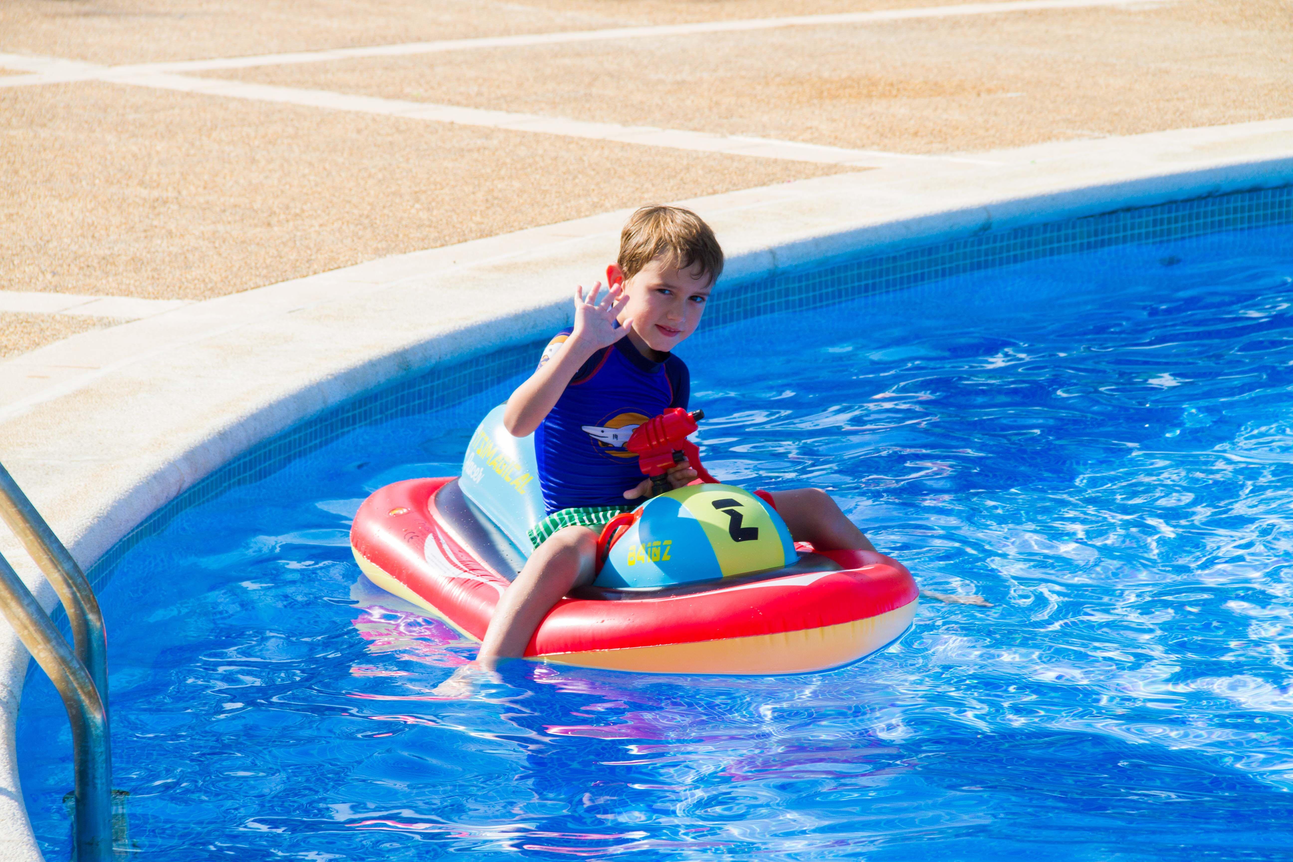 Moto de agua hinchable para playa o piscina con asiento asas y pistola de agua motodeagua - Piscina hinchable con asientos ...