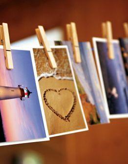 Wäscheleine mit Postkarten aufhängen. Für jede Woche oder jeden Tag oder... im ersten Hochzeitsjahr eine Karte.