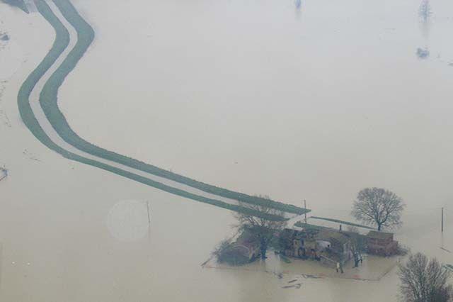 Wie hier bei Pisa stehen große Landstriche unter Wasser. Bildquelle: dpa