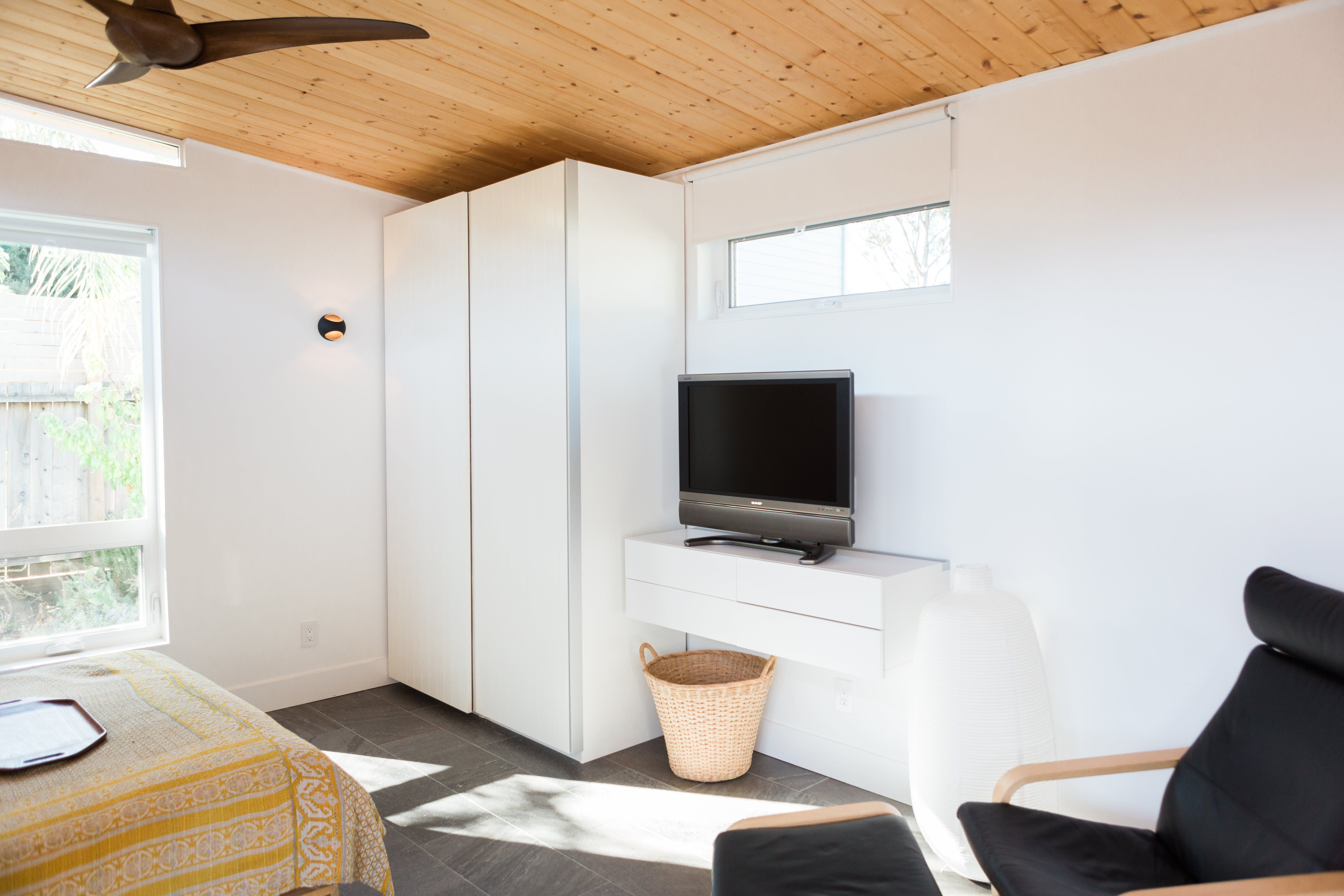 """A Perfect Tiny """"Modern Shed"""" in California Small bedroom"""