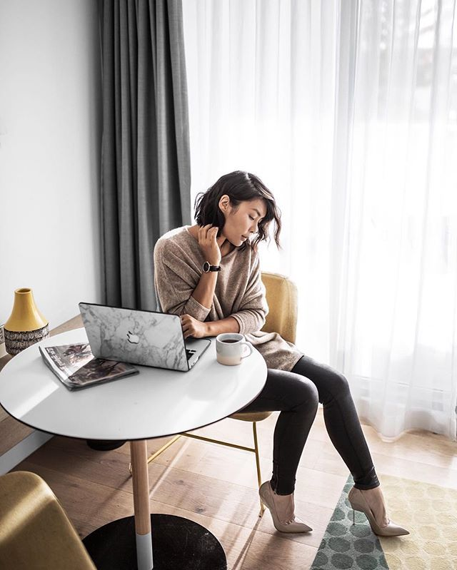 Is it just me, or is it so much easier to get 💻📋🖋 done when you're in a beautiful room? Currently crashing at @qtbondi  Wearing: @kaptenandson watch @nuancashmere knit @kurtgeiger pumps  #qt #qtbondi #bondi #sydney