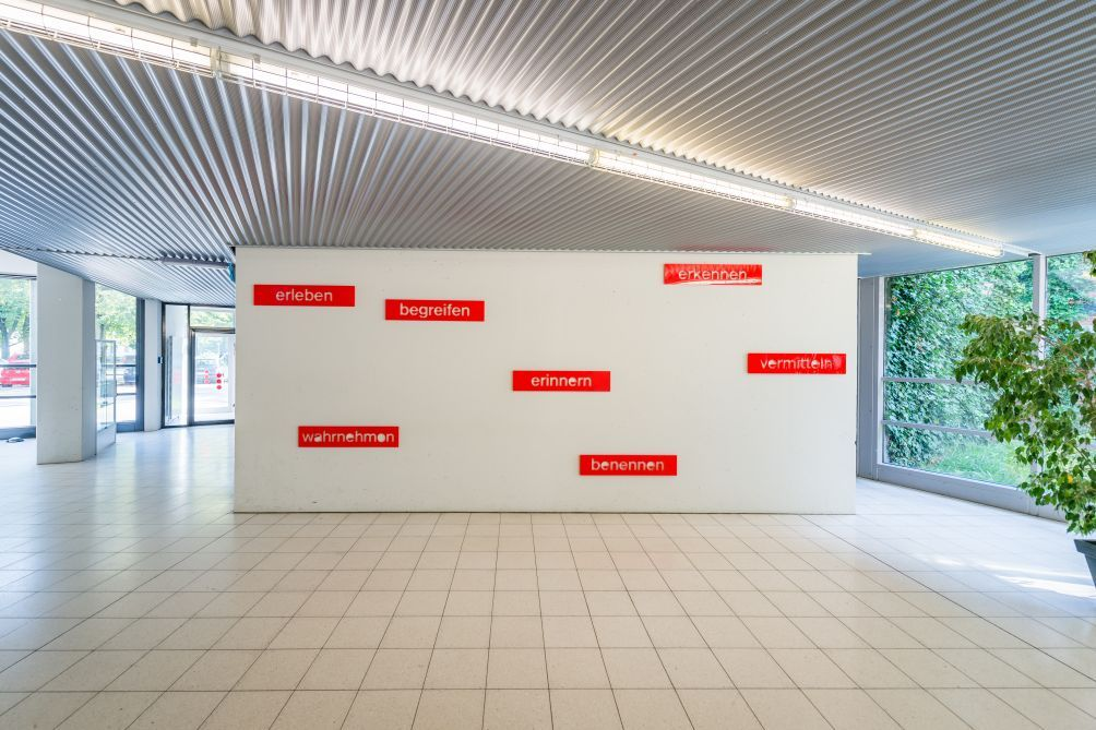 Barbara und Gabriele Schmidt Heins, Installation aus Wörtern Barbara und Gabriele Schmidt Heins (* 1949 Rellingen bei Hamburg, leben und arbeiten in Pinneberg bzw. Halstenbek bei Hamburg)