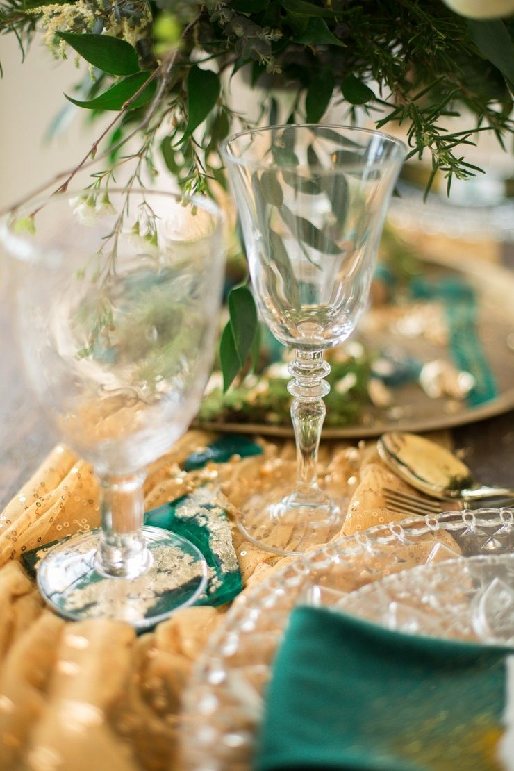 Emerald and gold wedding table decorations | fabmood.com #wedding #weddingstyledshoot #weddingphotos #weddinginspiration #weddingphotography #fineartwedding #fairytalewedding