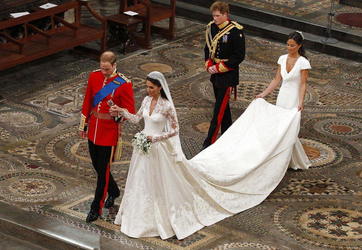 En attendant le mariage de samedi en Suède, qui sera un des dernier grand  mariage princier de cette generation, voici un bel echantillon des robes de