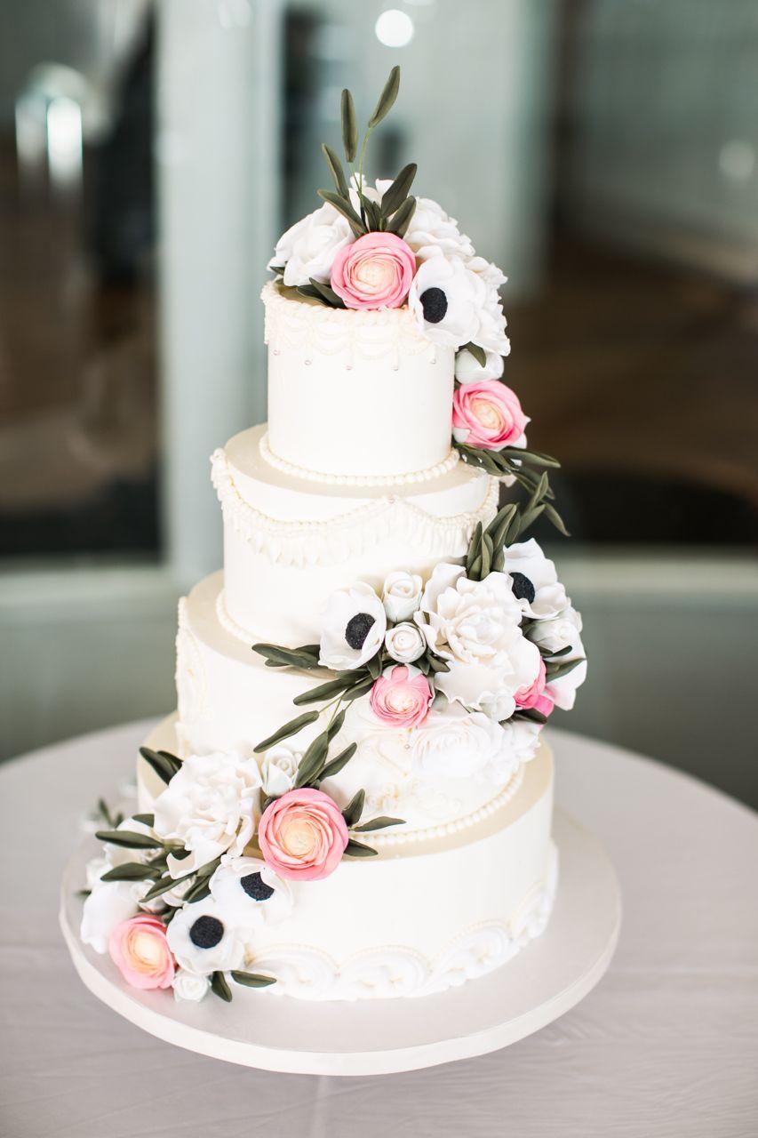 Dainty piping wedding cake by sugar flower cake shop