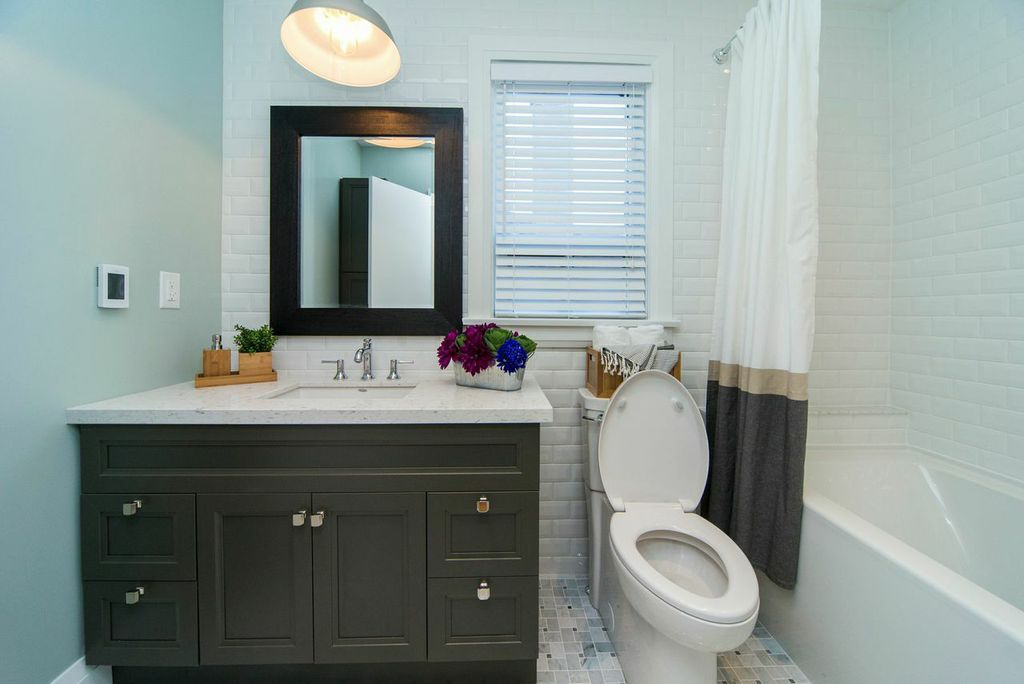 Bathroom/ Property Brothers S07E07 Sarah & Andrew