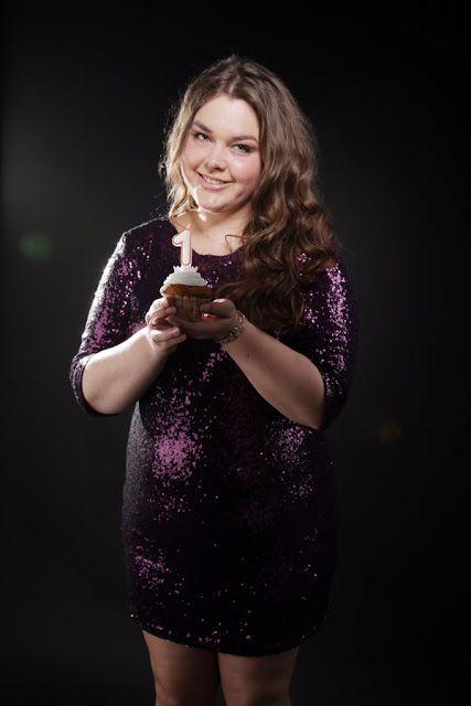 Lila Glitzer-Kleid eng kurz Pailletten | sequins purple lilac glitter bodycon dress party high heels | Plus Size Fashion Outfit
