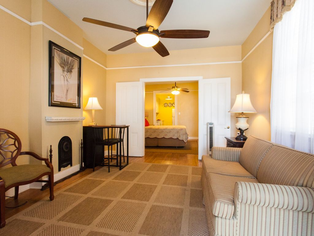 1 bedroom Romantic holiday condo in French Quarter for