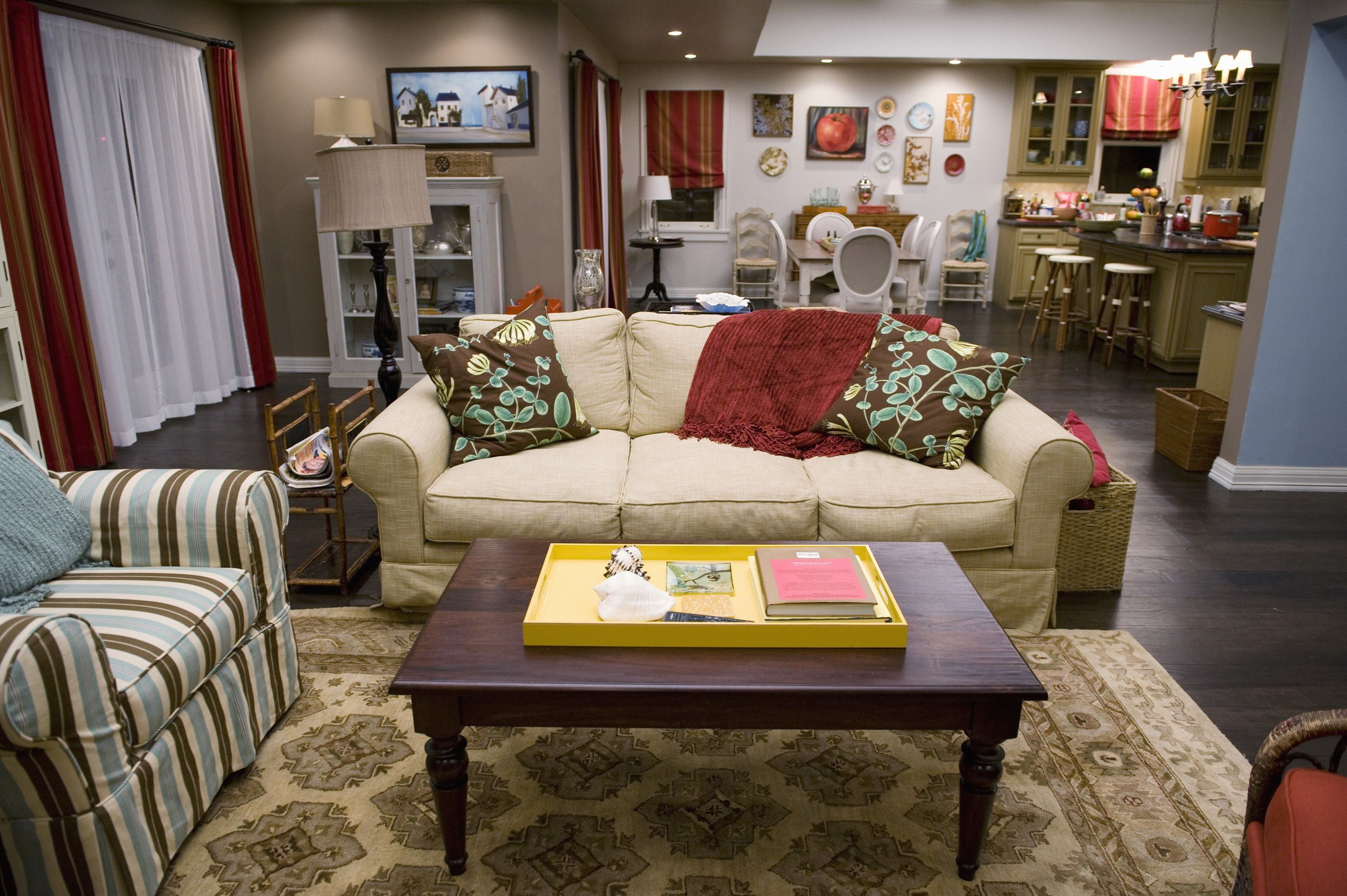Modern family room furniture - Modern Family Tv Show Living Room Decor Modern Family Simplifyingfabulous Com