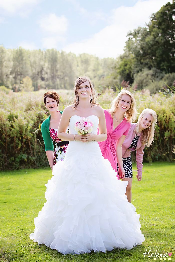Cute wedding pose | Trouwfotografie Friesland | Helena Fotografie
