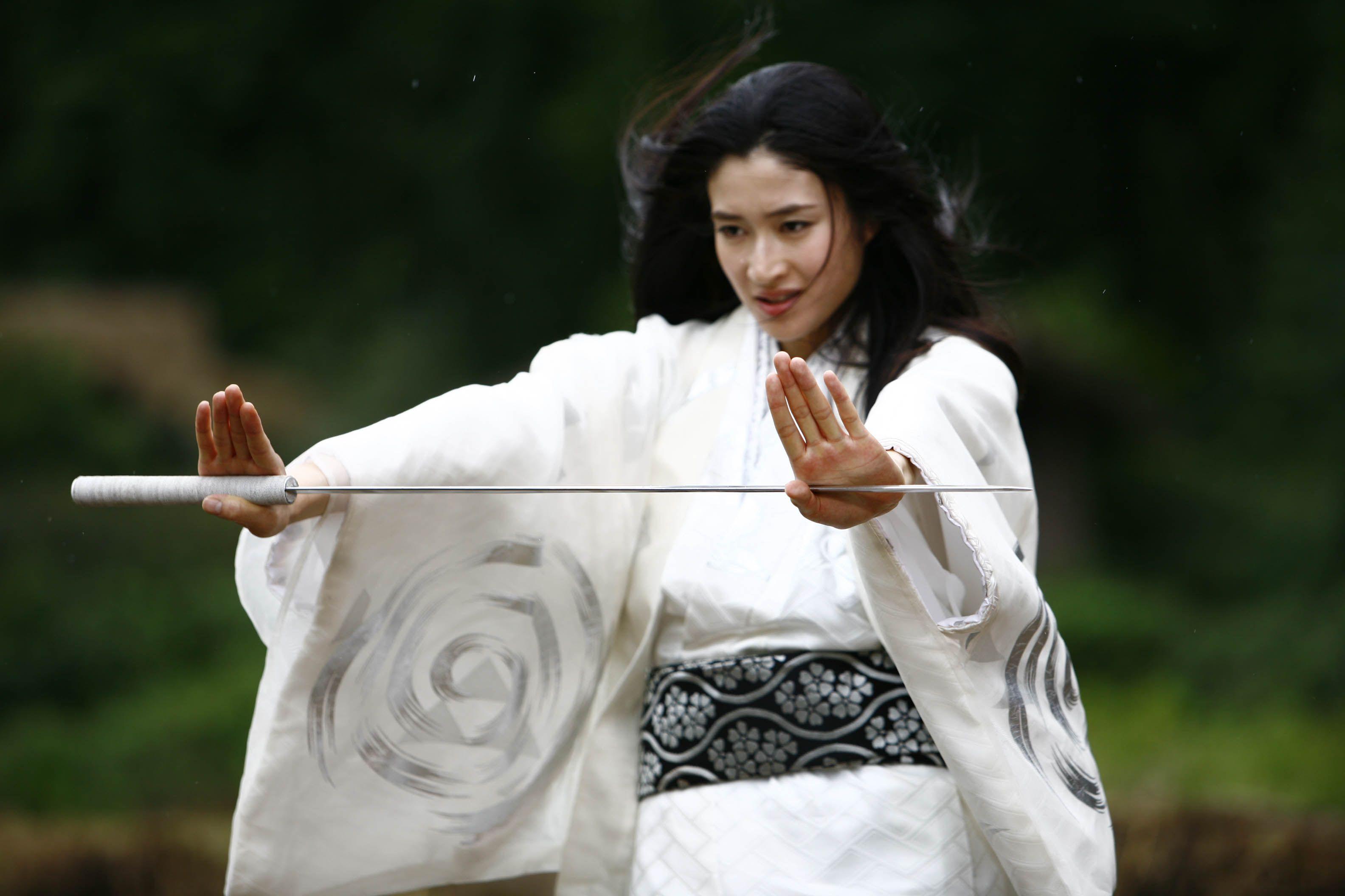 白い着物姿で演技をする美しすぎる女優・小雪