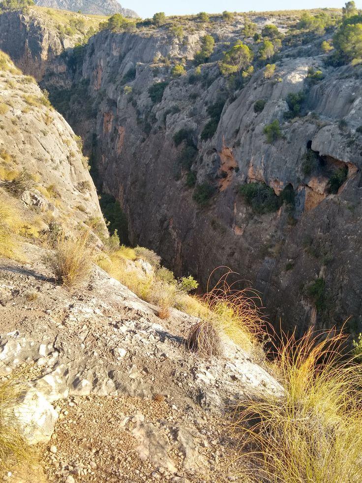 El Cañón de Almadenes, con sus piedras de tonalidad oscura, sus cuevas que asemejan balcones con vistas al río y los espartos en primer plano