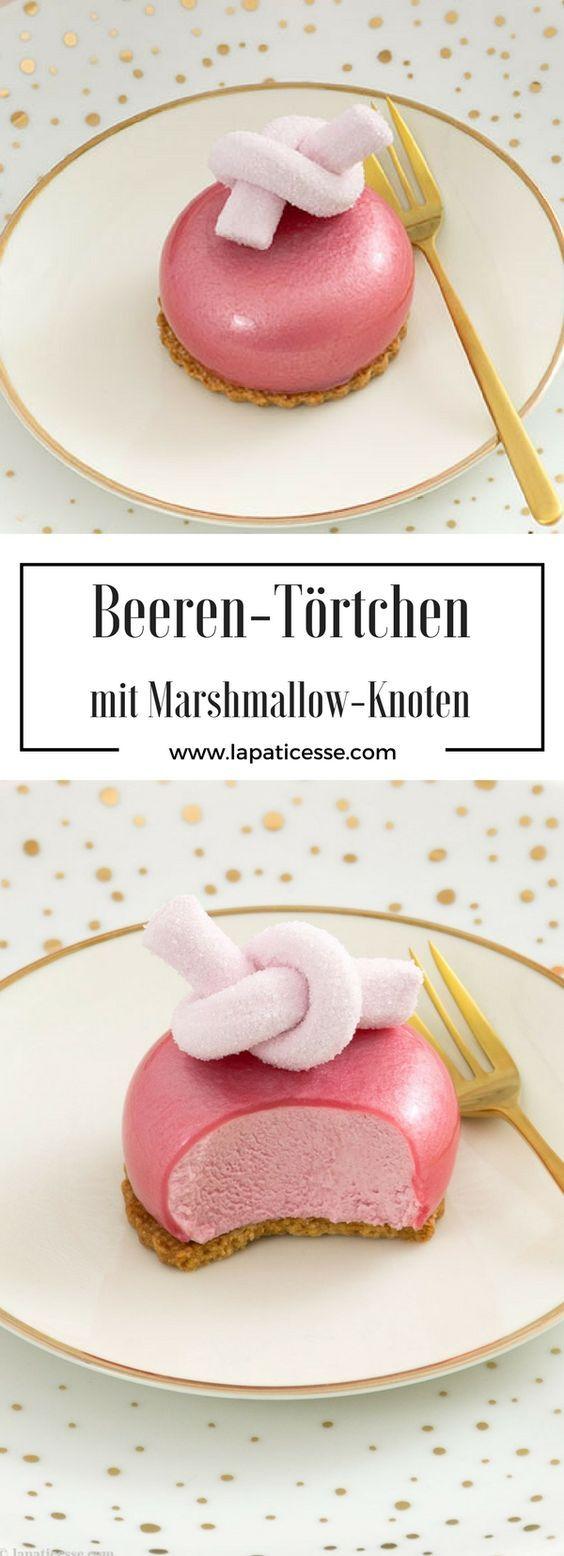 Beeren-Törtchen mit Roséwein-Glasur »Petits gâteaux aux fruits rouges« - La Pâticesse - Der Patisserie Blog #healthymarshmallows