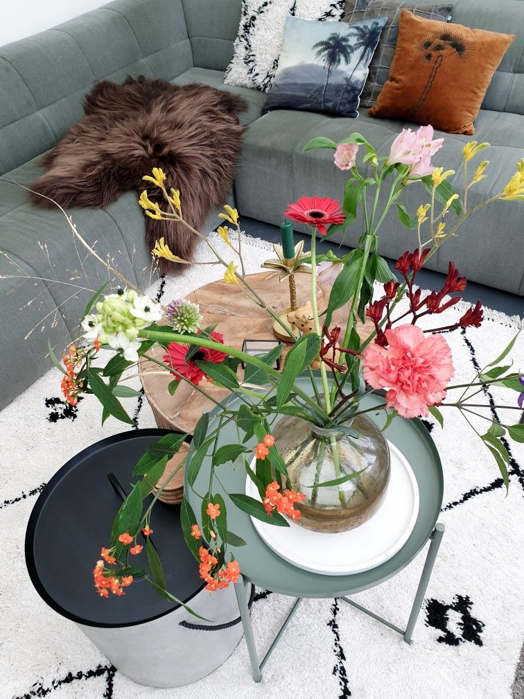 #flowers #freshflowers #colourful #eclectichome #eclecticstyle #eclecticinterior #carpet #greencouch #bodilson