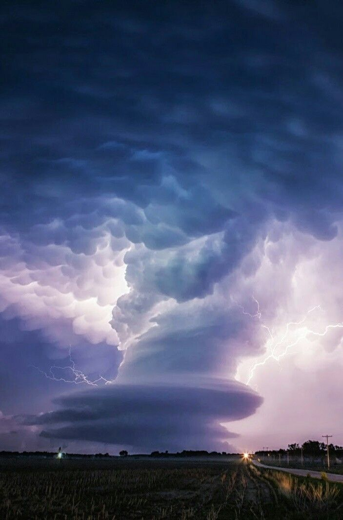 Supercell, thunderstorm and spectacular mammatus clouds over Nebraska