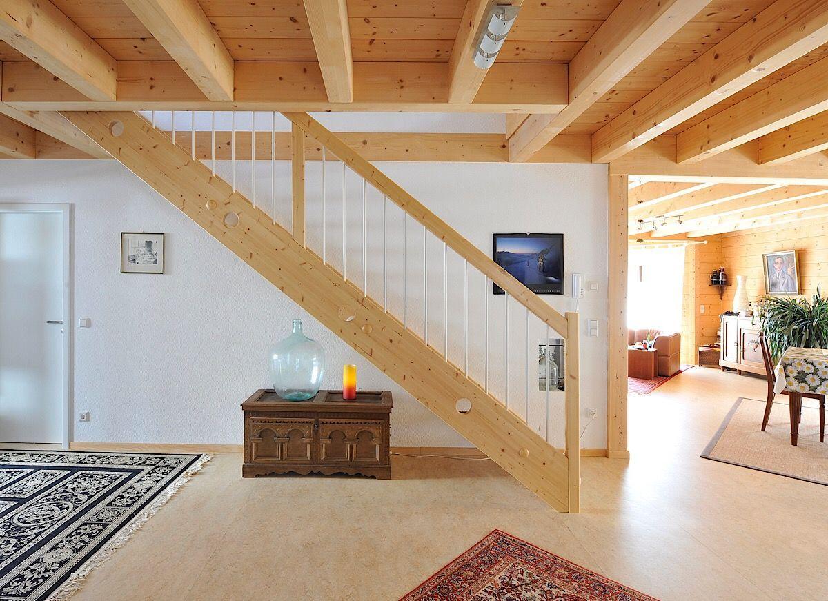 Holzhaus innen modern mit offener Holzbalkendecke & gerade