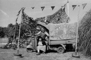 Sous le plus grand chapiteau du monde, le cirque Ribaldo et Cie, son clown, ses fanions, son Ape.