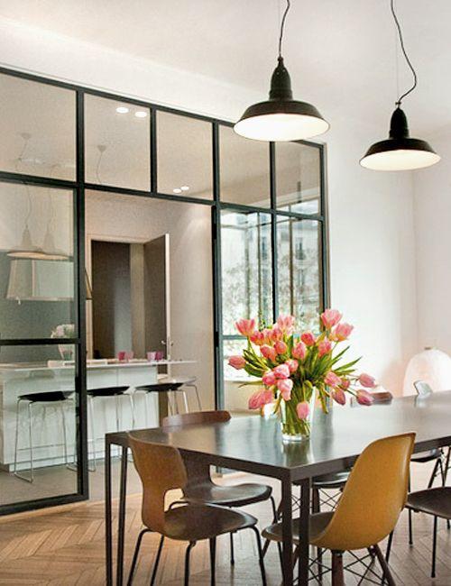 Cocina con suelos de baldosa hidr ulica y puertas de - Puerta cocina cristal ...