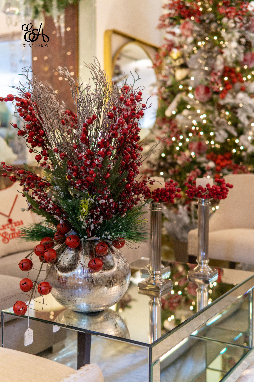 Sala roja y plateada con arreglo floral de berries