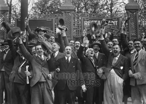 Eine Gruppe freudig erregter Männer, Germany, 1930 ullstein bild - ullstein bild/Timeline Images