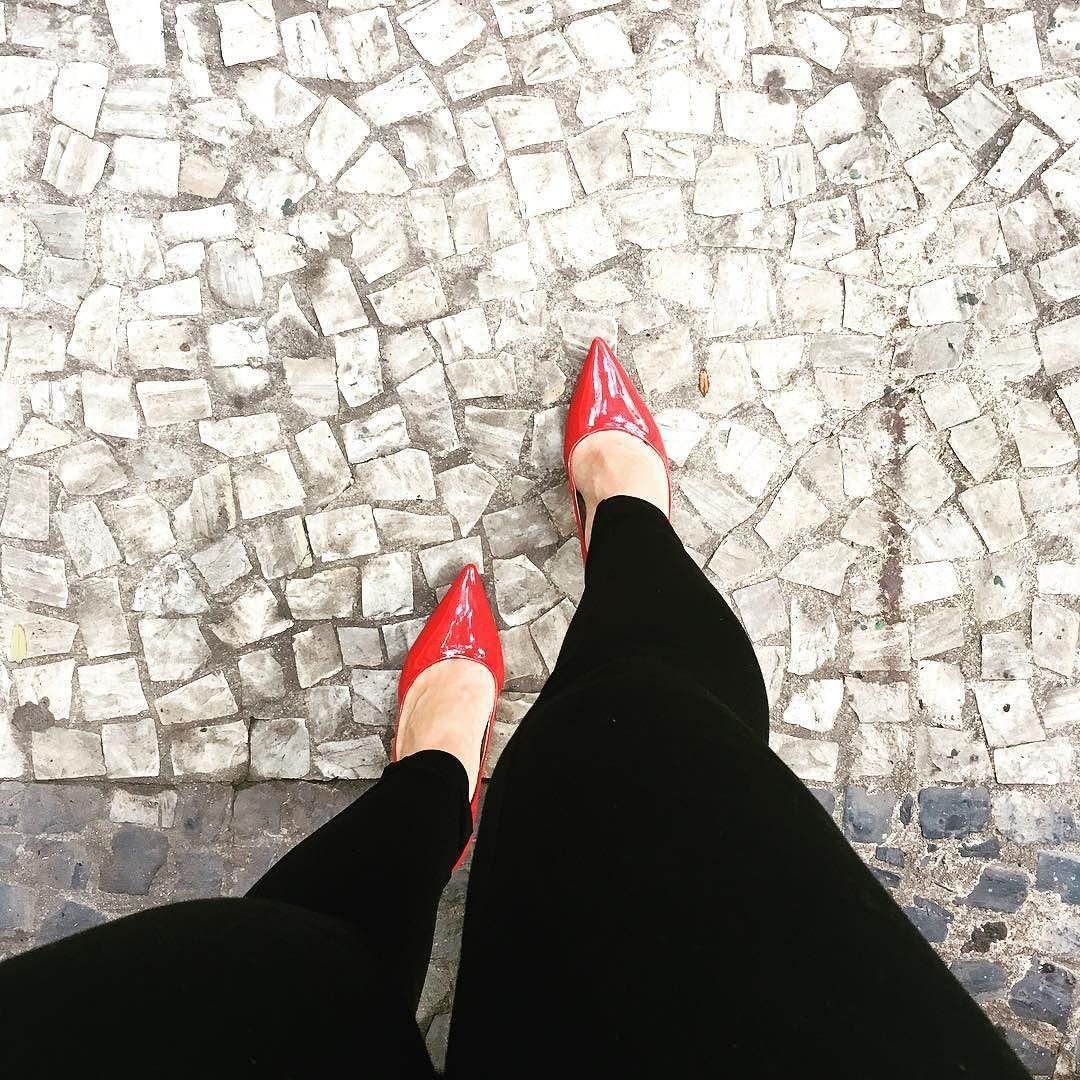 Só porque amanhã é feriado. Because tomorrow is a holiday. #holidayspirit #highheels #beingcute #girlpower #ladyinred #riodejaneiro #ootd #fashiondiary #sexy by alabrem