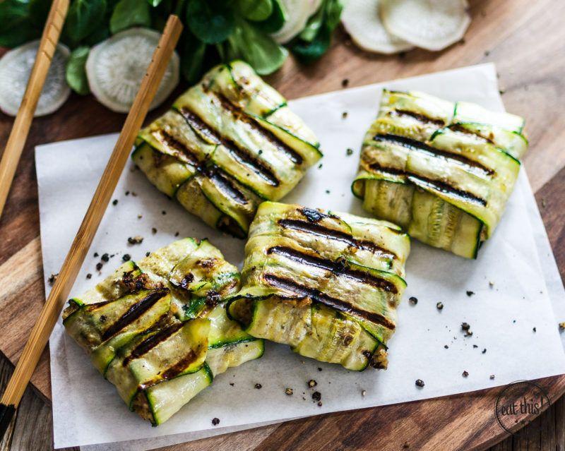 Gegrillte Zucchinipäckchen mit würziger Dinkelhack-Füllung · Eat this! Foodblog • Vegane Rezepte • Stories #vegetariangrilling