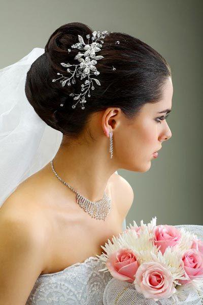 halboffene Brautfrisur mit Diadem   mittellange Haare