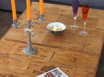 une table de salon avec des fa ades de caisses de vin bois customisation cuisine mobilier meuble. Black Bedroom Furniture Sets. Home Design Ideas