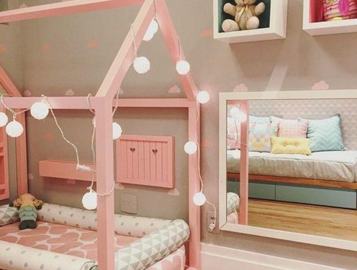 lit maisonnette rose, guirlande lumineux, matelas rose, miroir bas ...