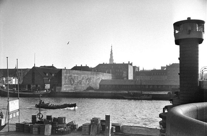 Udsigt mod Christianshavn og Knippelsbro anes til højre.; Port of Copenhagen. A…