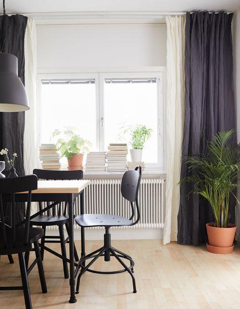 Zwei Schichten weißer und blauer Gardinen in einem Wohnzimmer, von