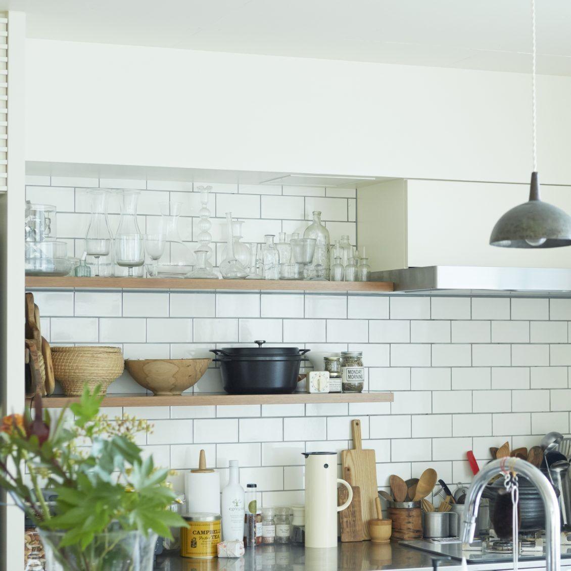 見た目も使い勝手も諦めない キッチンの飾り棚 収納アイデア