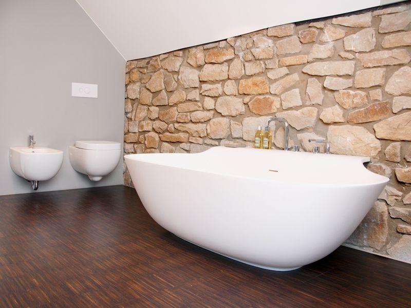 Italienisches Baddesign mit Bruchsteinwänden Badezimmer - parkett für badezimmer