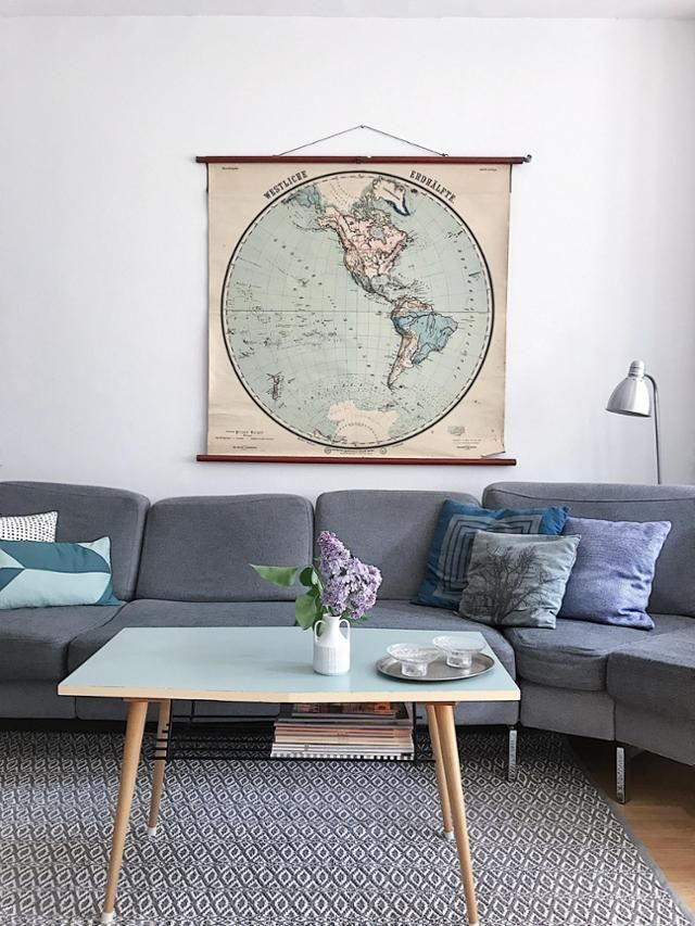 Graues Sofa mit Weltkarte, alter Schulkarte Skandinavischer Stil - wohnzimmer skandinavischer stil
