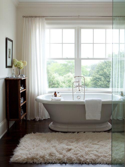 Ein flauschiger Teppich vor der Badewanne sieht nicht nur optisch schön aus, sondern  erzeugt noch dazu Gemütlichkeit.