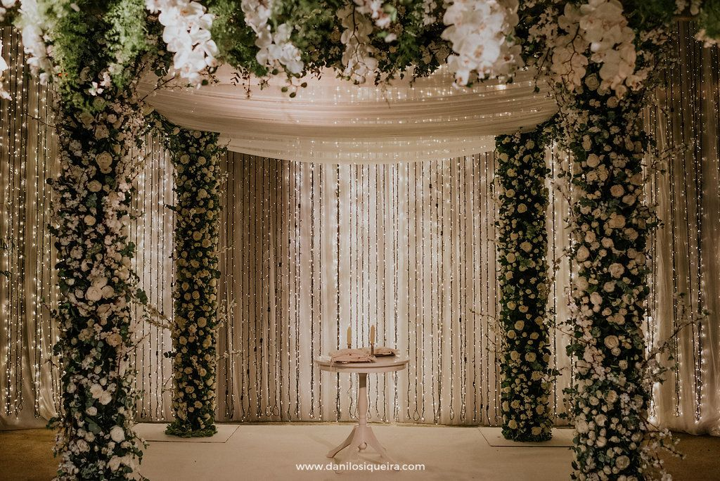 Casamento Judaico Aline e Simon. 400 convidados no Espaço Gardens. Chupá revestida em vegetação e flores brancas, com fundo de voil branco e luzes de Led! Assessoria @ashereventos, foto @danilosiqueira.lets !