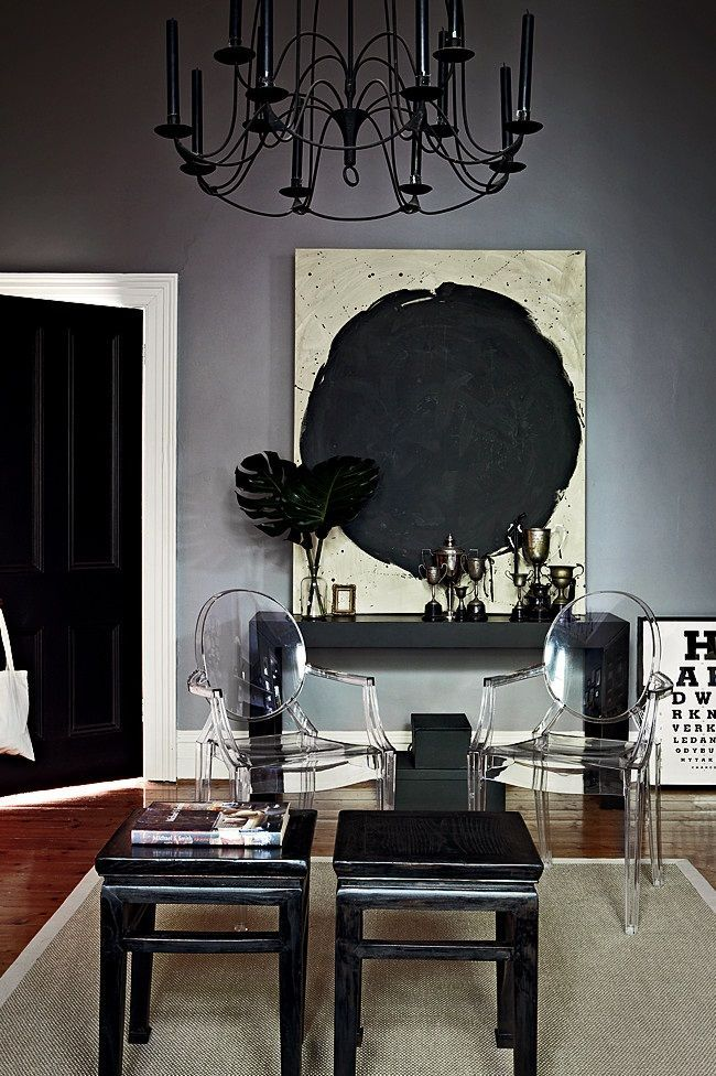 love the black door, white trim and grey wall!! House Beautiful in - Wohnzimmer Einrichten Grau