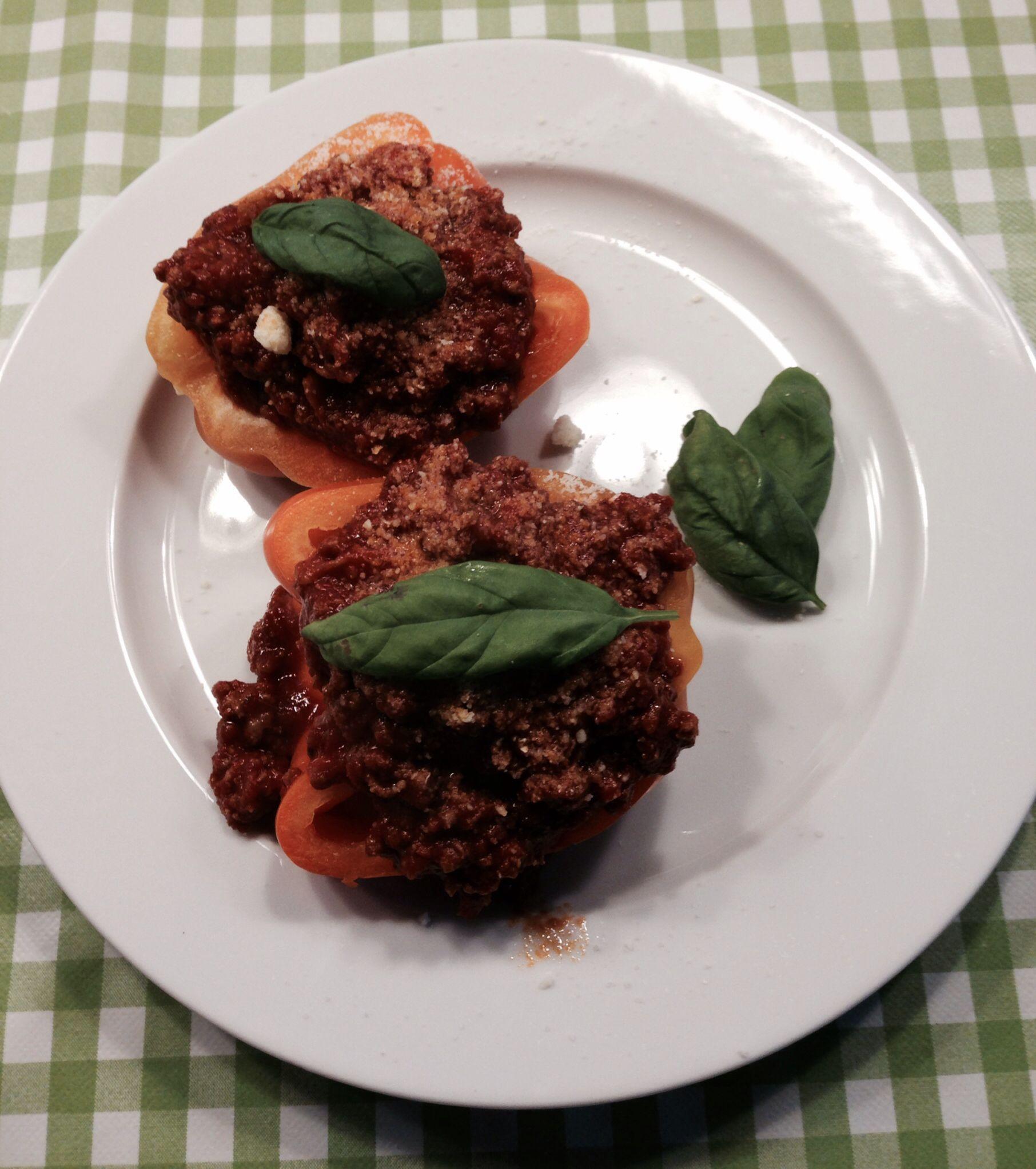 Alternativ til når resten af familen får pasta med kødsovs (halverede peberfrugter med kødsovs - pyntet med parmesan og frisk basilikum)