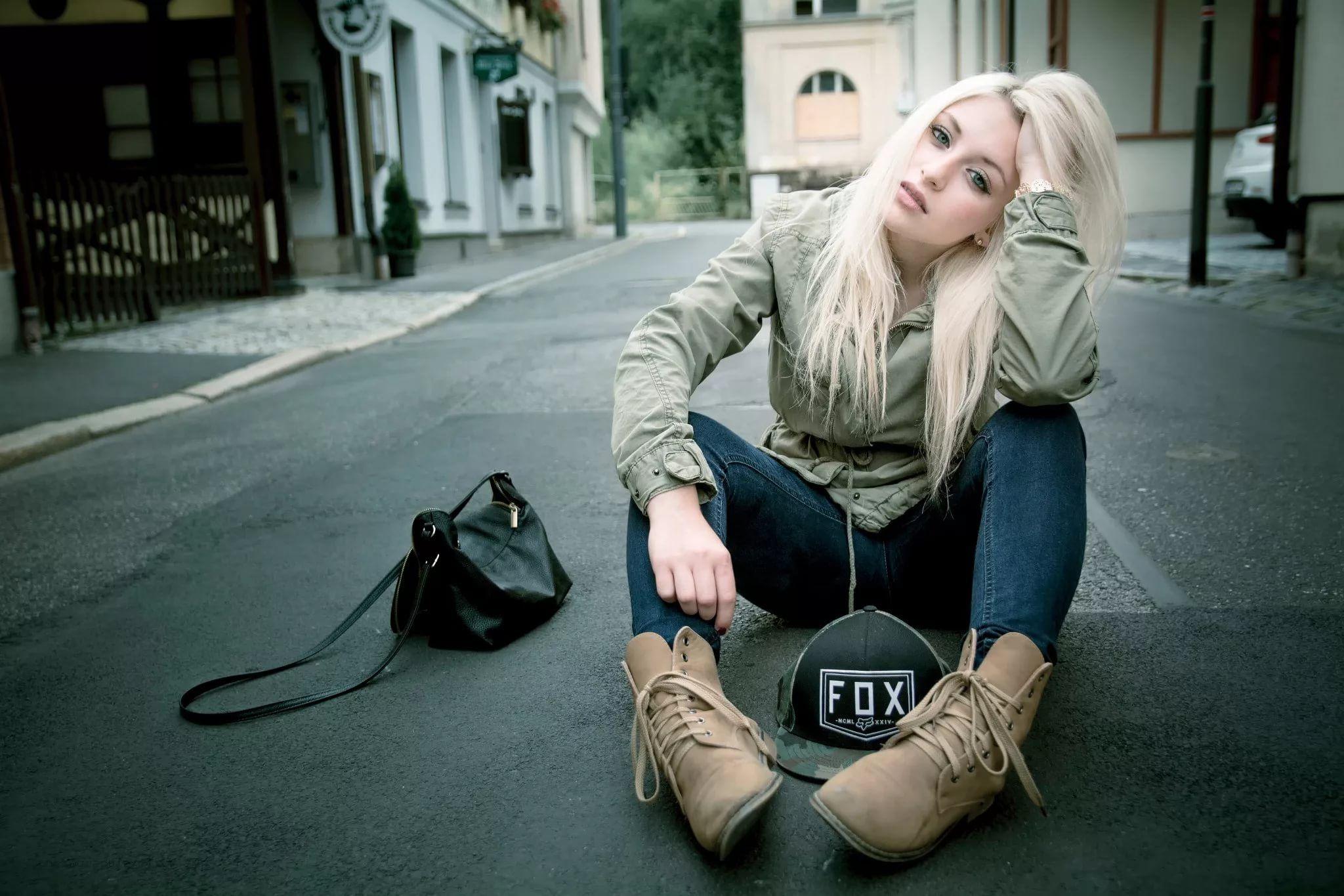 мои фото блондинка в джинсах словом