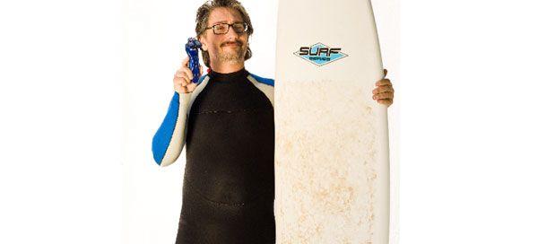 """As """"Crónicas da Barba by Philips"""", mostram agora Nuno Markl a barbear-se enquanto faz surf, no último vídeo de uma trilogia onde o humorista prova que é possível fazer a barba mesmo em situações divertidas e improváveis, com resultados perfeitos, graças à tecnologia da máquina de barbear Philips SensoTouch."""