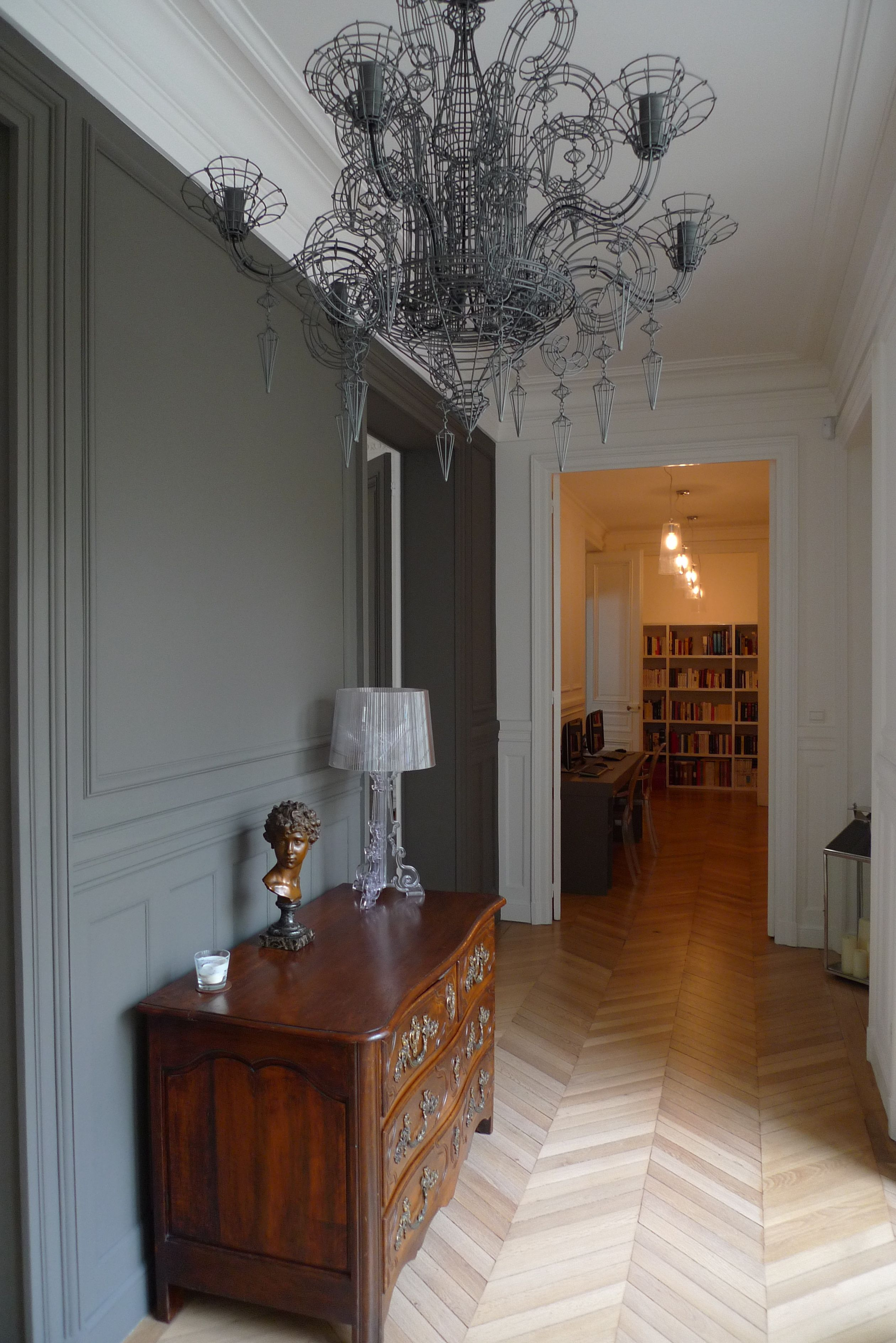 Couloir d 39 un appartement ancien avec lustre design for Meuble entree appartement