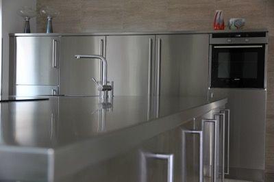 Köksö i rostfritt stål - alla underskåp samt bänkskivan ...