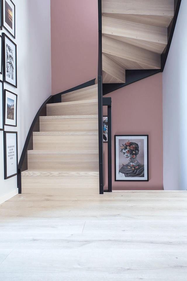 tolle treppe mit einer rosa wand im hintergrund und einer sch nen bildergalerie unser haus. Black Bedroom Furniture Sets. Home Design Ideas