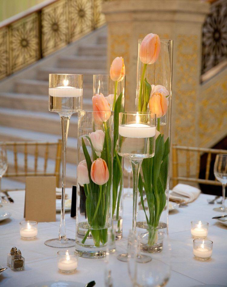 Pfirsichfarbene Tulpen In Hohen Vasen Auf Dem Tisch Gestellt