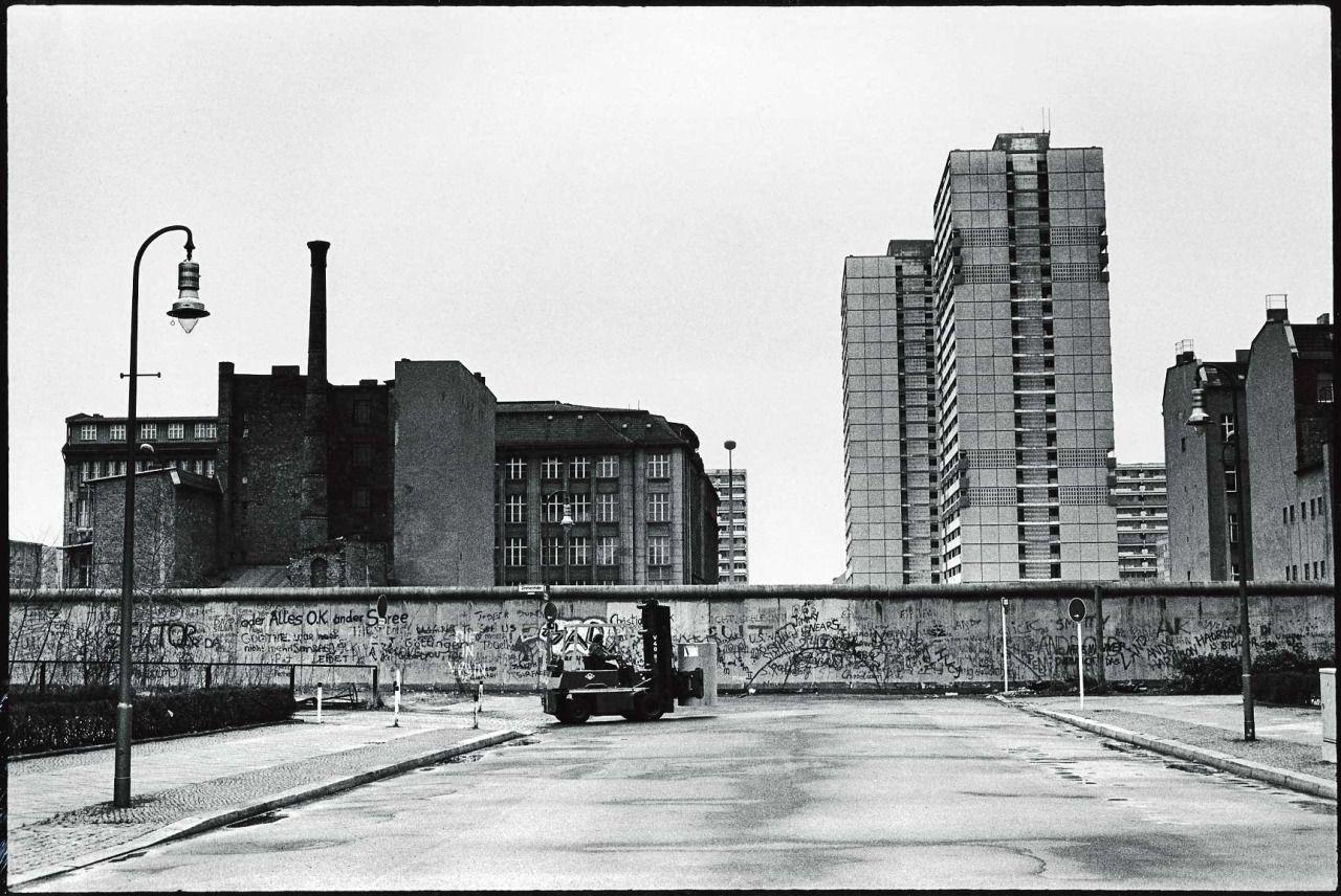 """Zeitungsviertel, Lindenstraße, Kreuzberg, 1980er Schön war die Zeit, als die Welt noch in Ordnung war- West-Berlin in pictures #280: chrisjohndewitt: """" Lindenstraße in the 'Newspaper District' in..."""