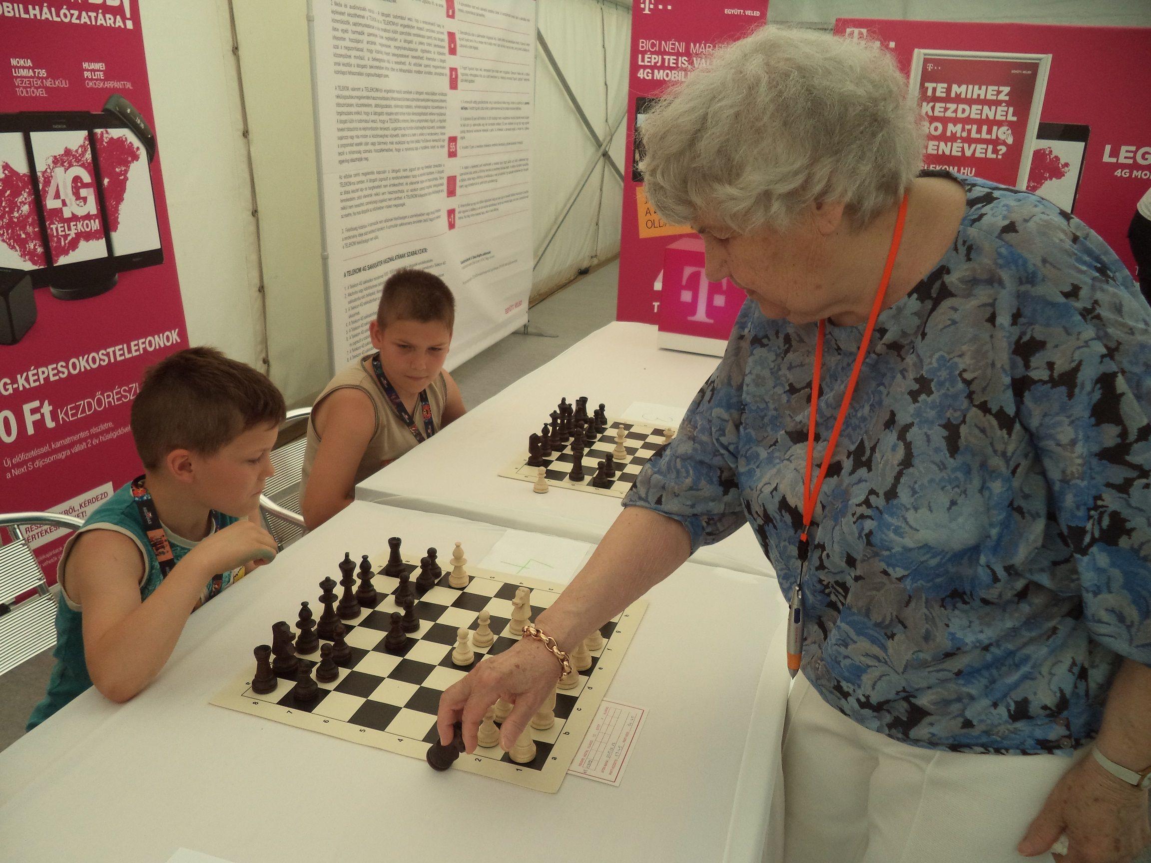 Uma húngara de 87 anos vai tentar um recorde neste fim de semana: o de maior número de partidas de xadrez. Brigitta Sinka já jogou 13 mil, geralmente em disputas simultâneas com estudantes.